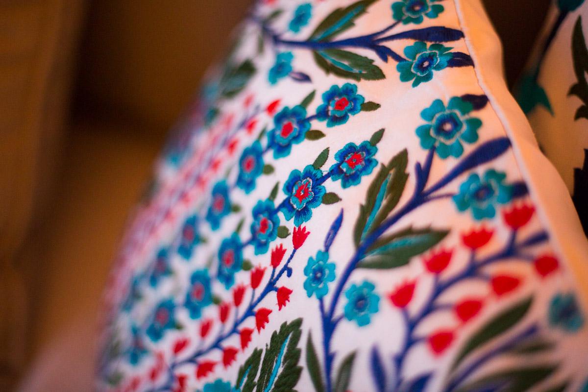 Tendencia interiorismo textiles y cojines en residencial de lujo